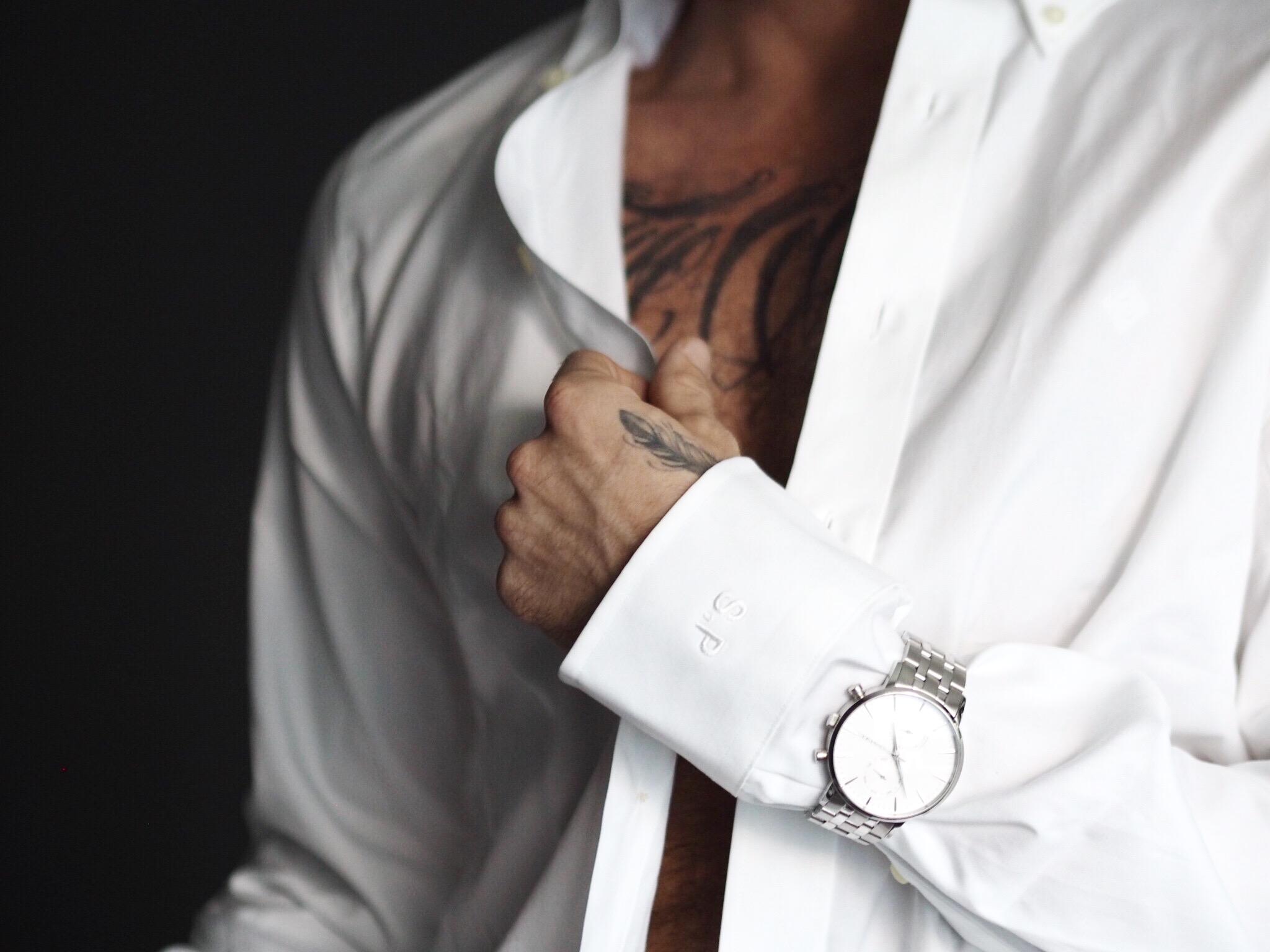 Bruk klokken over skjorten